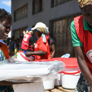 Idai: distribution de bien par les bénévoles Croix-Rouge