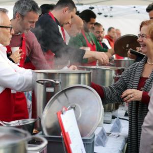 9 chefs préparent de la soupe pour les personnes démunies