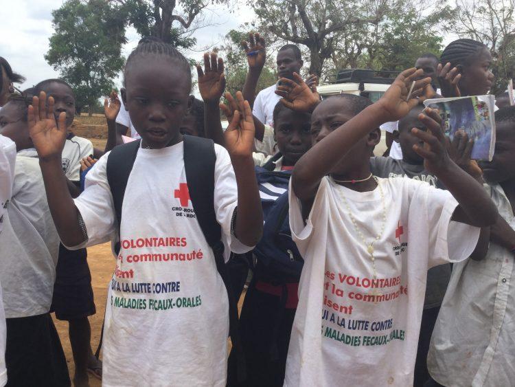 Au Congo, à Matadi, les élèves sont sensibilisés par la Croix-Rouge à la lutte contre les maladies féco-orales.