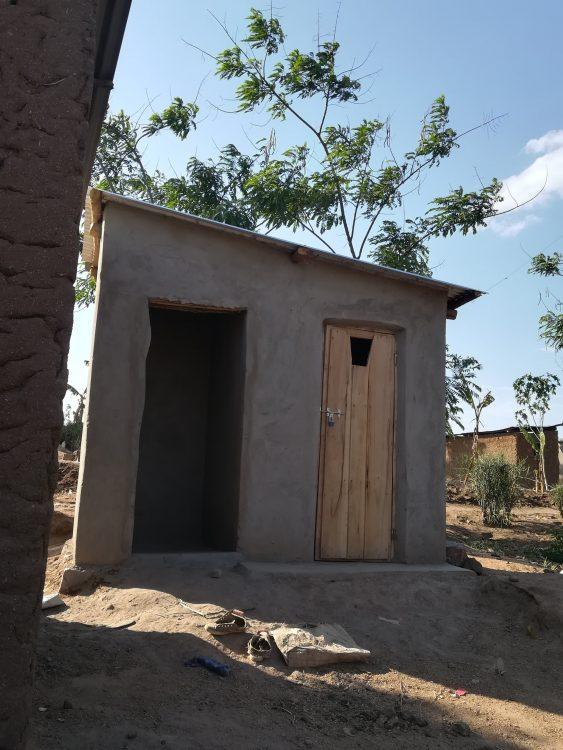 Une latrine et son espace pour la douche