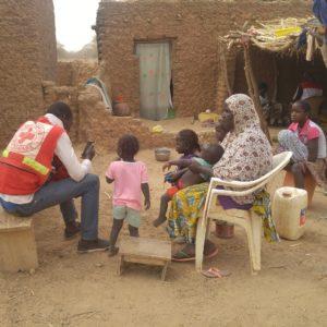 L'enregistrement sur smartphone des ménages déplacés par un volontaire de la Croix-Rouge burkinabé.