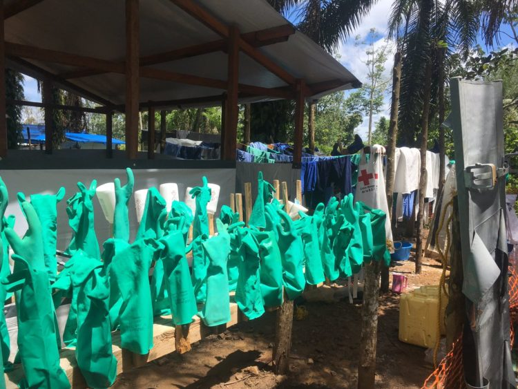 Lutter contre #Ebola est un combat de chaque instant. Tout doit etre parfaitement propre et chloré.Ici, le nettoyage du matériel pour éviter toute contamination.