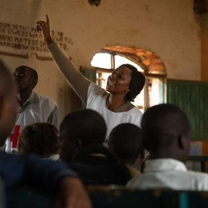Une volontaire Croix-Rouge anime une session de sensibilisation dans une classe d'enfant en RDC