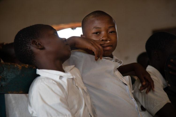Des volontaires animent une session de sensibilisation au virus Ebola dans une école en RDC