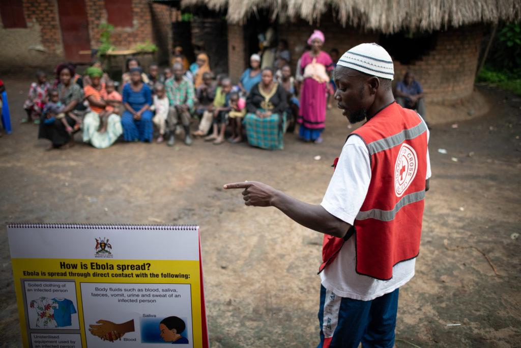 Dr. Kasumba Joseph, CP3 officer pour la Croix-Rouge Ougandaise sensibilise une communauté à Bundibugyo, Uganda