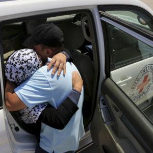 Gaza. Neamah retrouve son neveu, Ghassan, 42 ans, qu'elle n'a pas vu depuis longtemps.