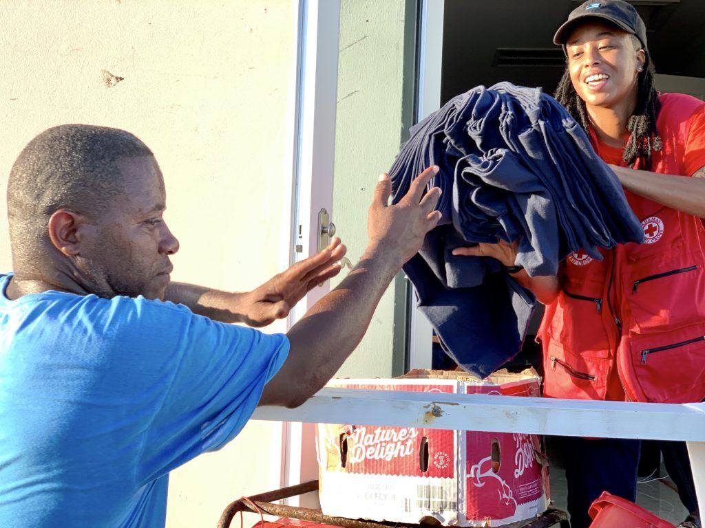 les volontaires de la croix-rouge après le passage de Dorian aux Bahamas