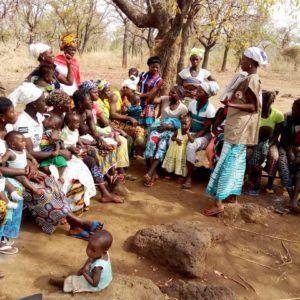 Au Burkina Faso, un groupe de femmes burkinabé discutent de l'alimentation et de la nutrition du nourrisson et du jeune enfant avec une volontaire de la Croix-Rouge.