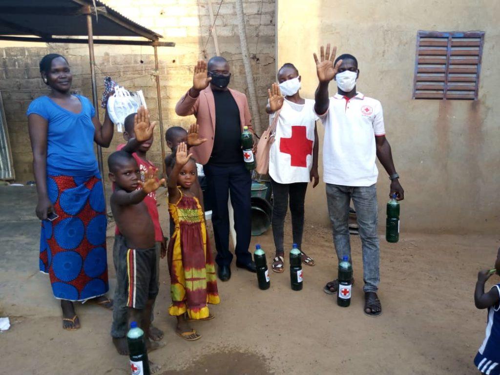 Les volontaires de la Croix-Rouge burkinabé apportent du savon pour aider les plus vulnérables à lutter contre le Coronavirus.