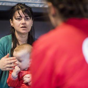 Une femme en situation de migration avec son enfant, prise en charge par la Croix-Rouge de Belgique