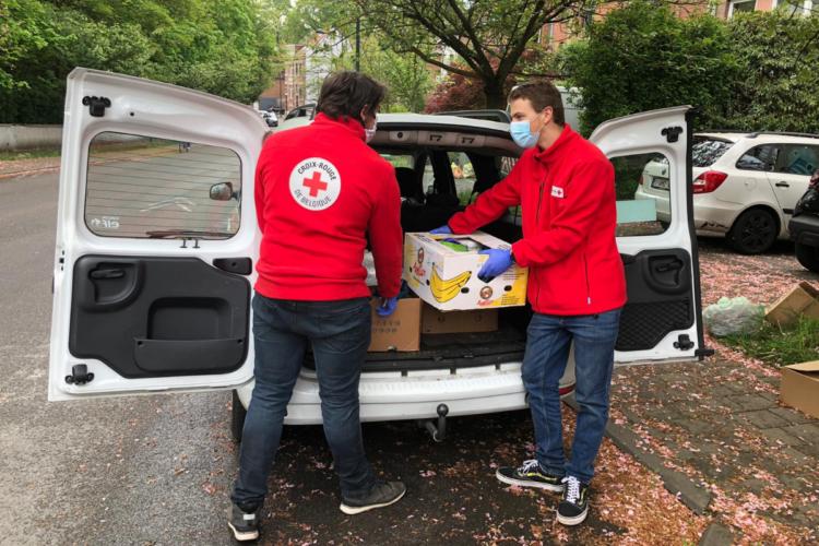 La Croix-Rouge distribue un colis alimentaire