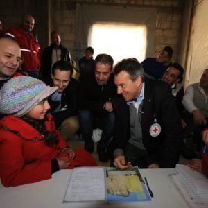 Peter Maurer rencontre des enfants déplacés à Sahnaya, situé à 11 km au sud-ouest du centre-ville de Damas, à proximité des zones assiégées ou touchées par les conflits. ©Ibrahim Malla/CICR