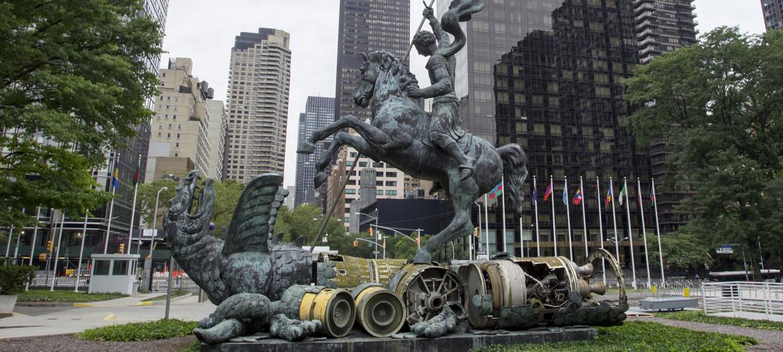 Symbole du désarmement, la sculpture de Zurab Tsereteli, Good Defeats Evil, représente Saint-Georges terrassant le dragon, créé à partir de fragments de missiles nucléaires.